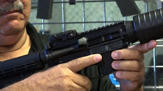 EUROPESE OMROEP | AFP news agency | Florida gunshop owner displays a semi-automatic rifle | 1518821115 2018-02-16T22:45:15+00:00