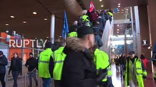 EUROPESE OMROEP | Ruptly | France: Catch me if you can! Striking Air France workers storm terminal | 1519335849 2018-02-22T21:44:09+00:00